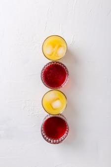 Platliggend arrangement met verschillende kleuren drankjes
