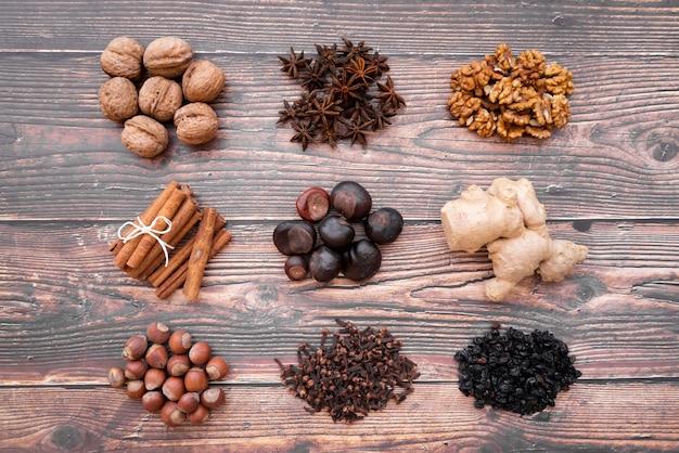 Platliggend arrangement met verschillende soorten noten
