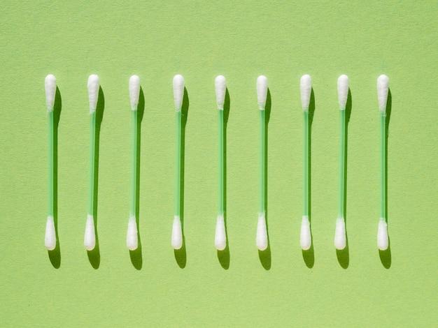 Platliggend arrangement met wattenstaafjes