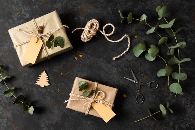 Platliggend arrangement van mooie ingepakte geschenken