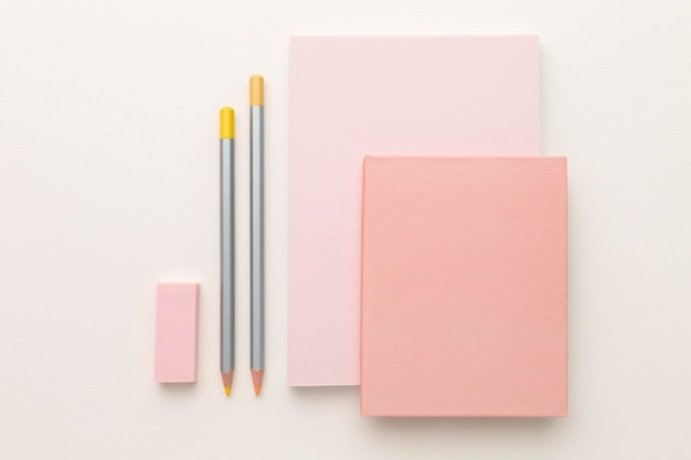 Platliggend arrangement van schoolelementen
