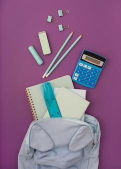 Platliggend bureau met notitieboekje
