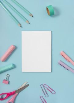 Platliggend bureau met potloden