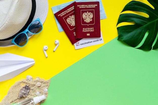 Platliggend concept van reizen tijdens een pandemie van het coronavirus accessoires voor zomervakanties