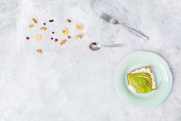 Platliggend frame met avocado en servies