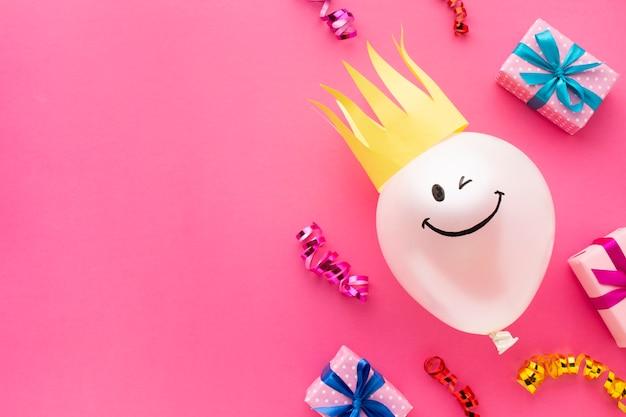 Platliggend frame met ballon en kroon