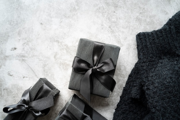 Platliggend frame met cadeautjes en trui