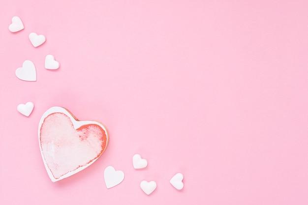 Platliggend frame met roze hartvorm en kopie-ruimte