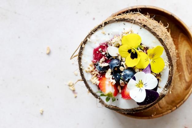 Platliggend fruit en granen in tropische sferen van kokosnoot shell