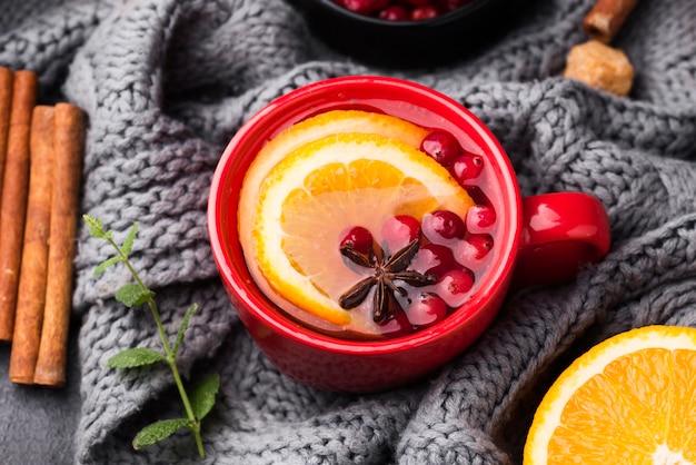 Platliggend glas met fruitige smaak thee