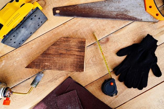 Platliggend houtbewerkingsgereedschap meten zagen schuren timmerman houtbewerking bakken en coaten
