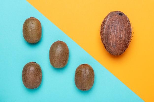 Platliggend kiwi- en kokosarrangement