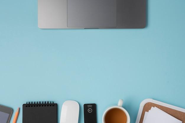 Platliggend laptop-touchpad met muis en koffie