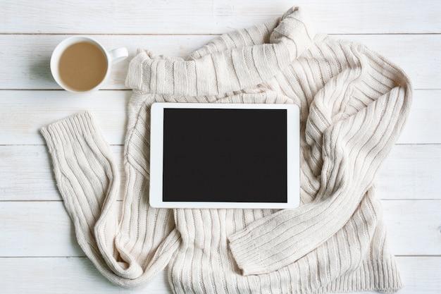 Platliggend met comfortabele warme outfit voor koud weer. de comfortabele herfst, de winterkleren het winkelen, verkoop, stijl in het concept van aardetintkleuren, hoogste mening, exemplaarruimte