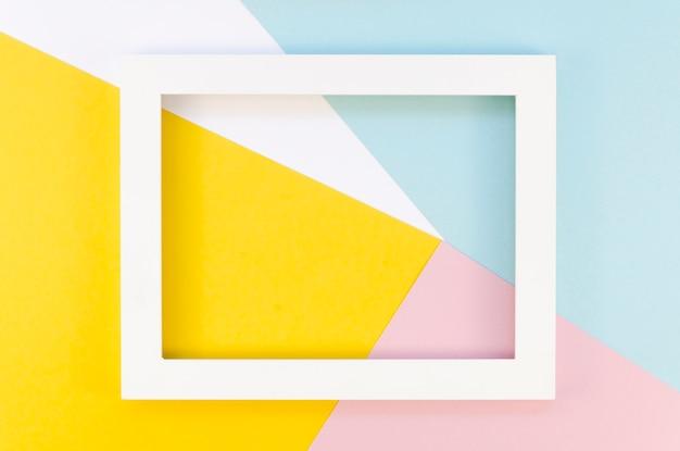 Platliggend met kleurrijke papieren uitsparingen met eenvoudig frame bovenaan