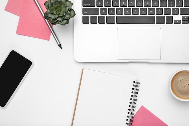 Platliggend model. vrouwelijke thuiskantoor werkruimte, copyspace. inspirerende werkplek voor productiviteit. concept van business, mode, freelance, financiën en artwork. trendy pastelkleuren. samenwerken.