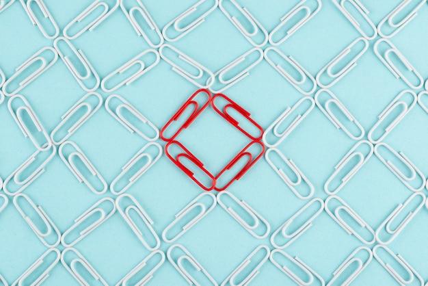 Platliggend netwerkconcept met paperclips