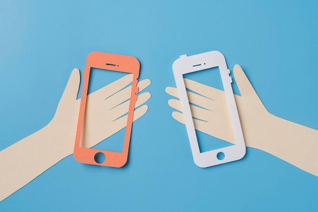 Platliggend social media concept met items