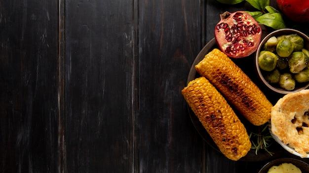 Platliggend thanksgiving-voedselrandassortiment met kopieerruimte