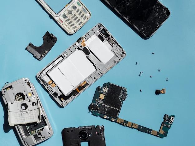 Platliggend van gedemonteerde telefoononderdelen