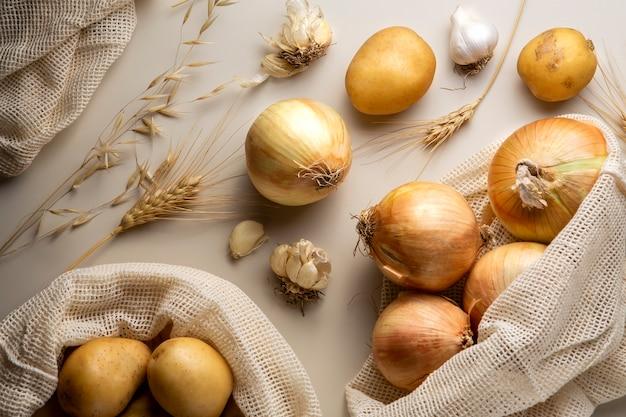 Platliggende aardappelen en uien arrangement