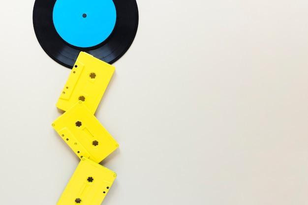 Platliggende audiocassettes met kopie ruimte