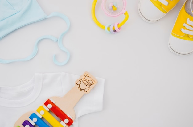 Platliggende babykleding met xylofoon