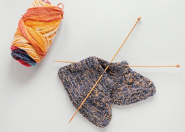 Platliggende breinaalden en wol voor sokken
