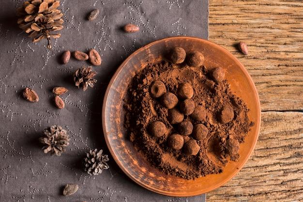 Platliggende chocoladetruffels in cacaopoeder