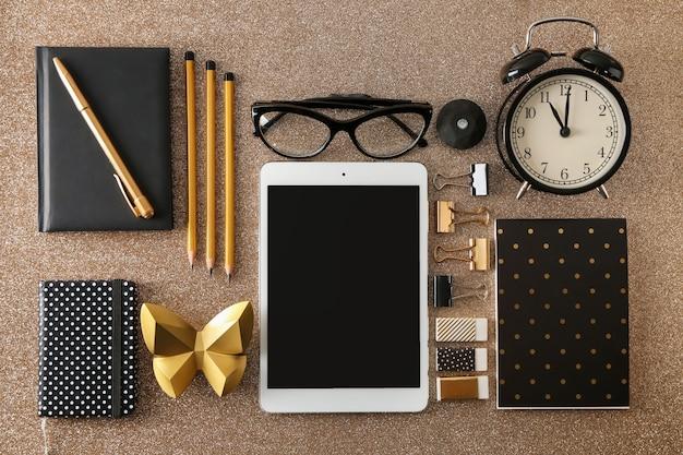 Platliggende compositie met digitale tablet en accessoires