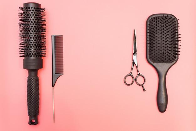 Platliggende compositie met kapper set kapper set met gereedschap en apparatuur: schaar, kammen en haarclips met kopie ruimte voor tekst