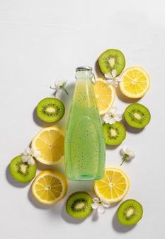 Platliggende compositie met kiwi-citroenmuntdrank met chiazaden zomerdrankje