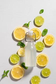 Platliggende compositie met limoen-limoen-detox-drank met ingrediënten zomerdrankje