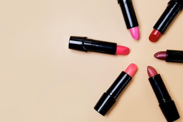 Platliggende compositie met lippenstift op beige oppervlak