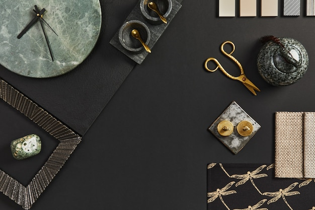Platliggende compositie van creatief zwart architecten-moodboard met voorbeelden van bouw-, textiel- en natuurlijke materialen en persoonlijke accessoires. bovenaanzicht, zwarte backgroung, sjabloon.