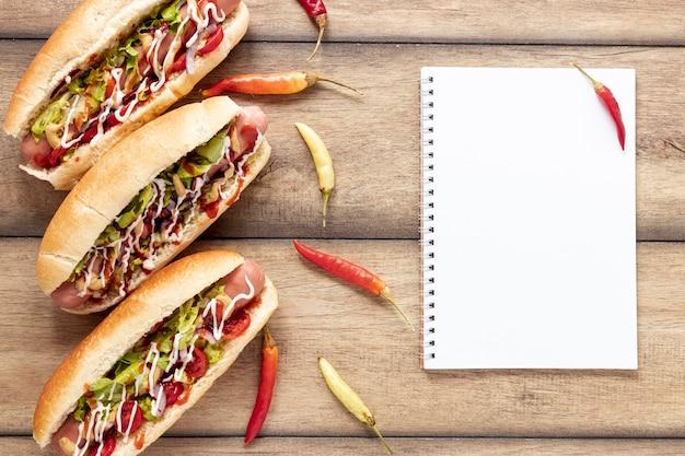 Platliggende decoratie met hotdogs en paprika's