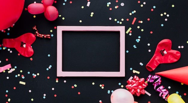 Platliggende decoratie met rode ballon en frame