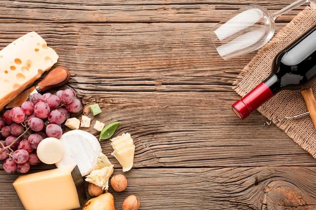 Platliggende druiven walnoten en kaas mix met wijn en glas
