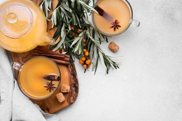 Platliggende glazen met gearomatiseerd vruchtensap en kaneel
