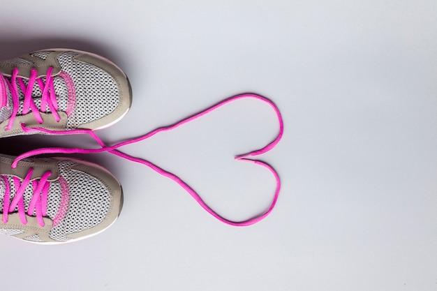 Platliggende hardloopschoenen met hartvormige veters