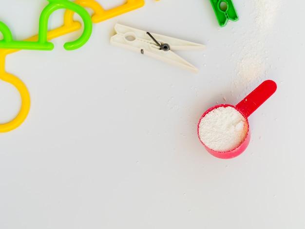 Platliggende kleurrijke kleerhangers met wasknijpers