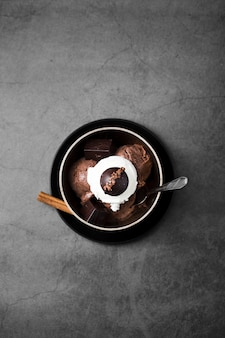 Platliggende kom met chocolade-ijslepel
