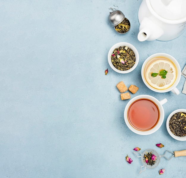 Platliggende kopjes met thee en kopie-ruimte