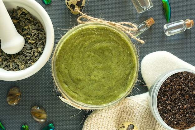 Platliggende lichaamsverzorgingsproducten met thee, zout, koffie, natuurlijke olie en kwarteleitjes. spa-stilleven. lichamelijke peeling.