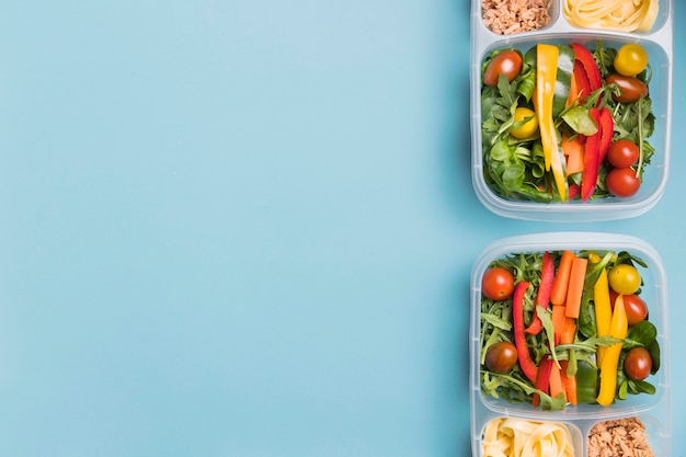 Platliggende lunchboxen met kopie-ruimte