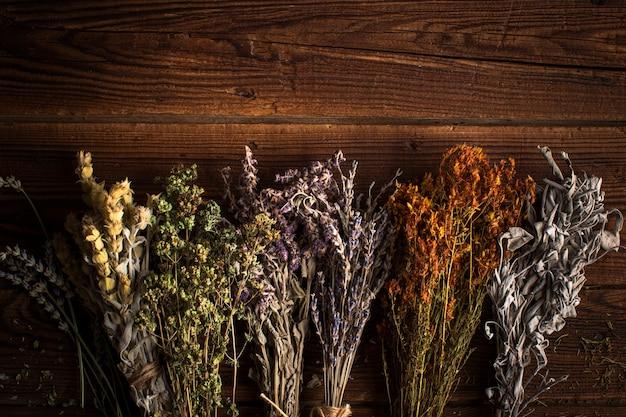 Platliggende mix van kruidenplanten