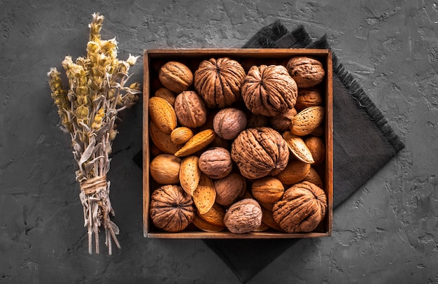 Platliggende mix van walnoten en zaden in doos
