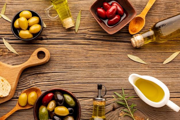 Platliggende olijfmix met olie