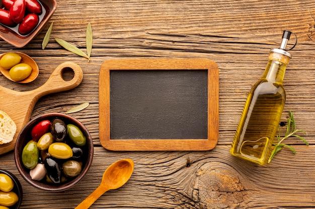 Platliggende olijfmix met schoolbordmodel