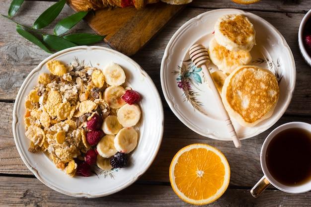 Platliggende pannenkoeken met fruit en koffie